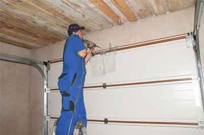 What are the checklists to maintain the garage door